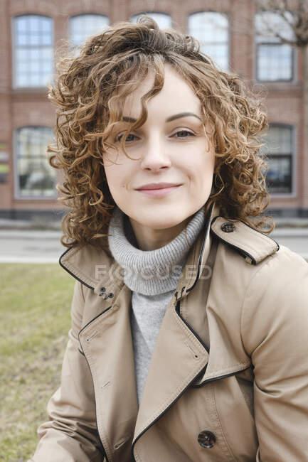 Retrato de mulher sorridente com cabelo encaracolado — Fotografia de Stock