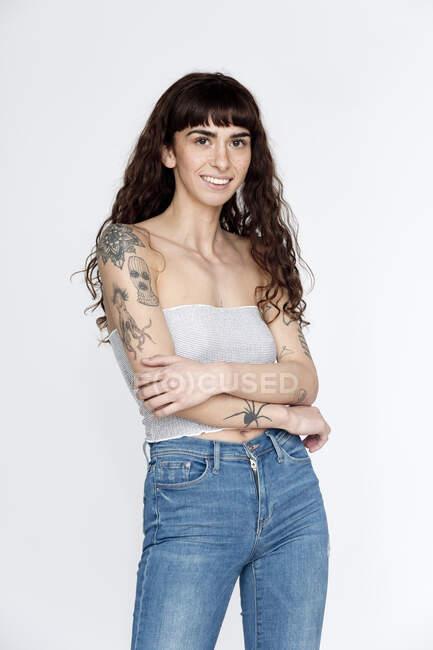 Retrato de mujer joven tatuada - foto de stock