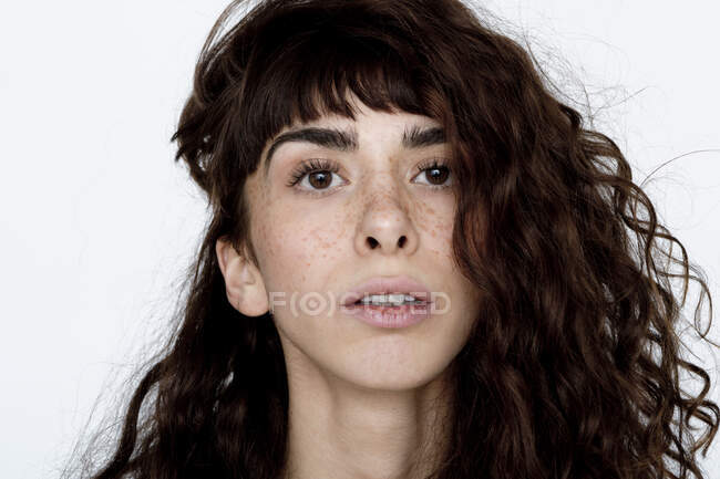 Retrato de mujer joven con pecas - foto de stock