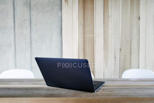 Laptop su tavolo in legno — Foto stock