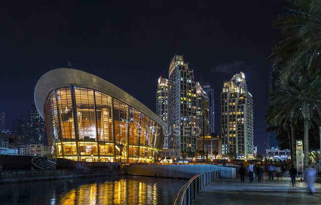 Emiratos Árabes Unidos, Dubai, teatro de ópera por la noche - foto de stock