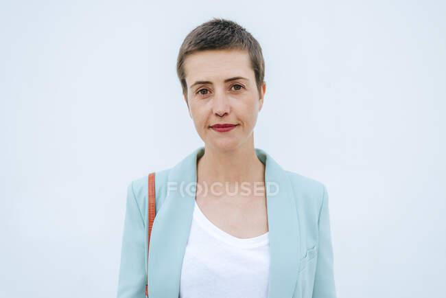 Портрет жінки з курткою, білий фон. — стокове фото