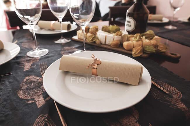 Primer plano de la mesa de comedor decorada - foto de stock