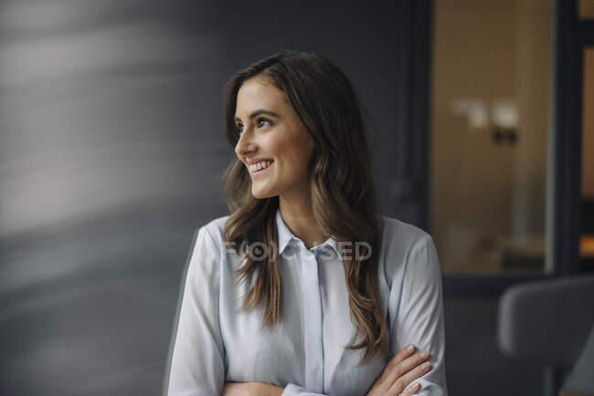 Портрет щасливої молодої бізнесменки. — стокове фото