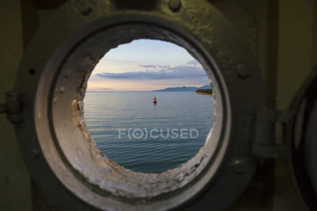 Indonesia, Vista sulla costa lombok in oblò di traghetto — Foto stock