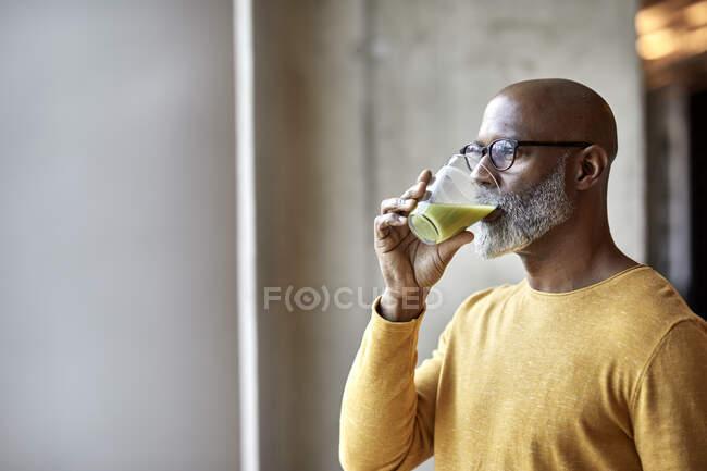Дорослі бізнесмени в офісі п'ють коктейль. — стокове фото