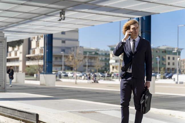 Italie, Florence, jeune homme d'affaires sur smartphone outdoor — Photo de stock