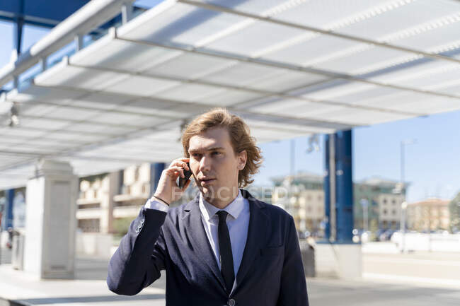 Italy, Florence, young businessman on smartphone outdoor — Stock Photo
