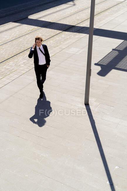 Італія, Флоренція, молодий бізнесмен на смартфоні в місті. — стокове фото