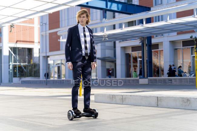 Italia, Firenze, giovane imprenditore in hoverboard in città — Foto stock