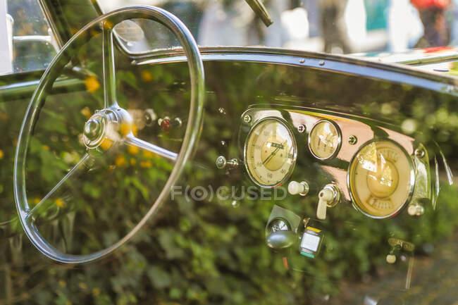 Bañera de un oldtimer, reflexión en la ventana del coche - foto de stock