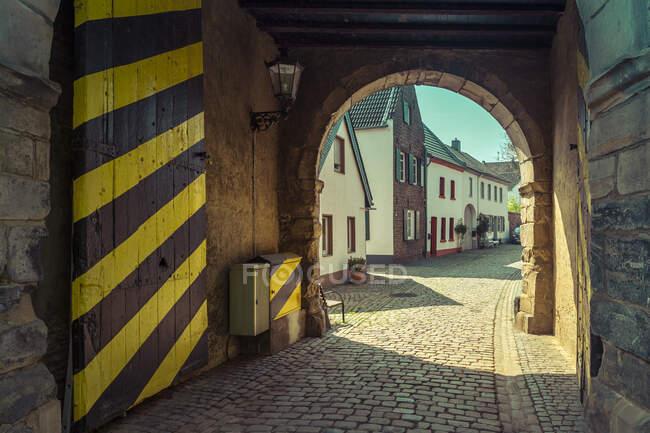 Alemania, Renania del Norte-Westfalia, Alt-Kaster, puerta de la ciudad - foto de stock