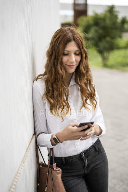 Молодая предпринимательница, приезжающая в город — стоковое фото