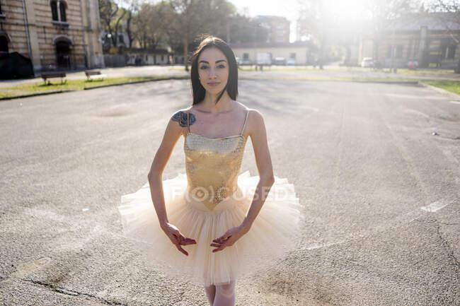 Italien, Verona, Porträt der Ballerina in der Stadt — Stockfoto