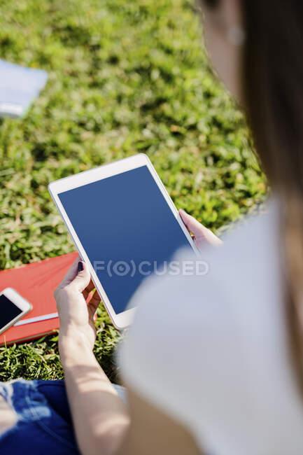 Jeune femme explorant New York, faisant une pause, en utilisant une tablette numérique — Photo de stock