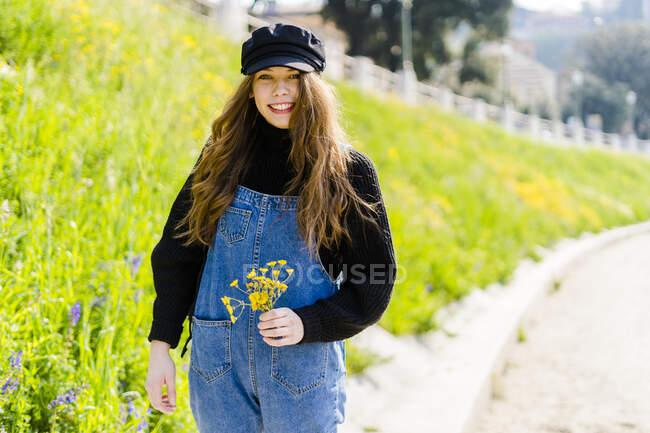 Портрет молодой женщины с букет цветов в Вероне — стоковое фото