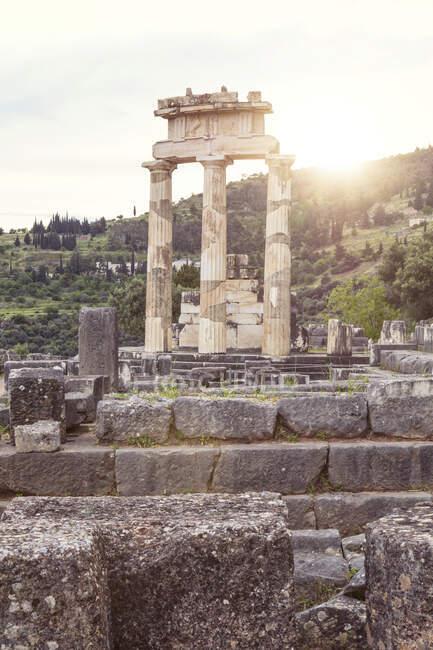 Grèce, Delphes, tholos dans le sanctuaire d'Athéna Pronaia au coucher du soleil — Photo de stock