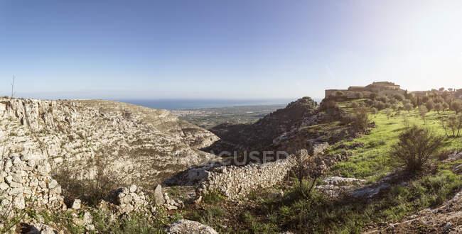 Italia, Sicilia, provincia de Siracusa, vista panorámica del hotel Eremo Madonna delle Grazie y paisaje - foto de stock