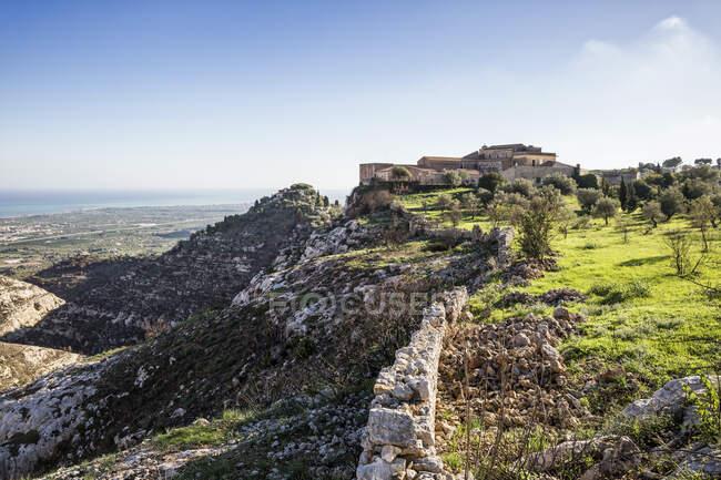 Italia, Sicilia, Siracusa provincia, hotel Eremo Madonna delle Grazie en la cima de una montaña, antiguo monasterio - foto de stock