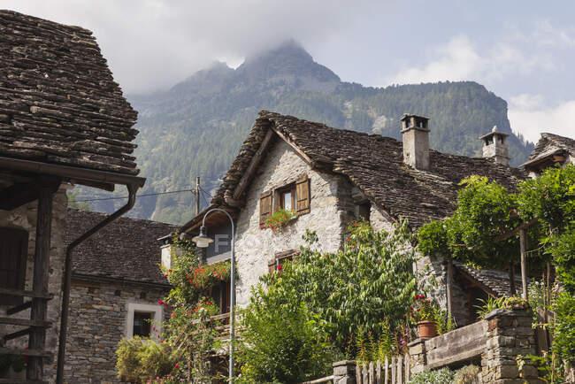 Suiza, Tesino, Sonogno, casas históricas típicas de piedra - foto de stock