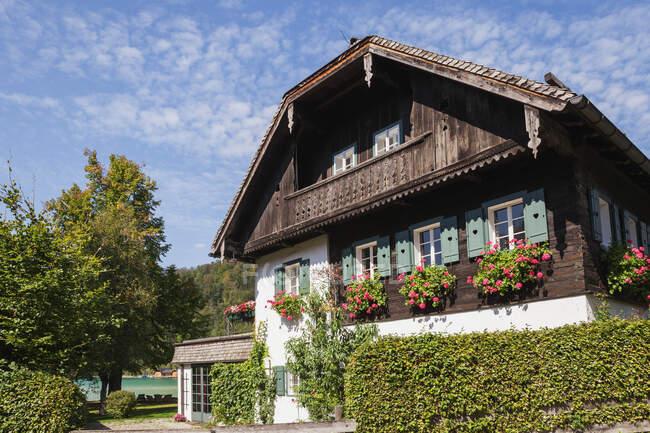 Autriche, Alpes, Salzbourg, Salzkammergut, Salzburger Land, Wolfgangsee, Strobl, maison typique — Photo de stock