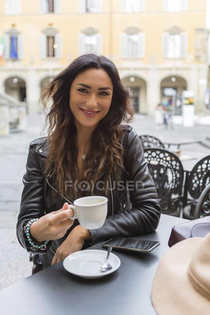 Giovane donna con tazza di caffè — Foto stock