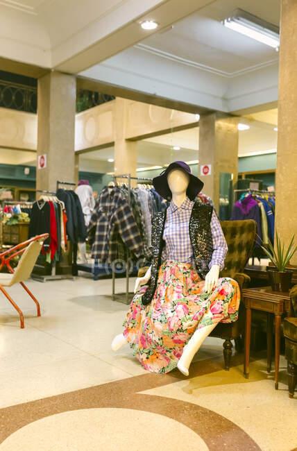 Interior de una boutique vintage - foto de stock