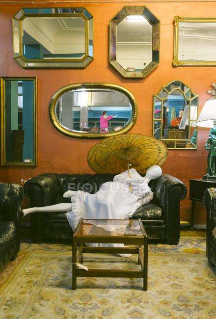 Interior de una tienda de muebles y ropa vintage - foto de stock