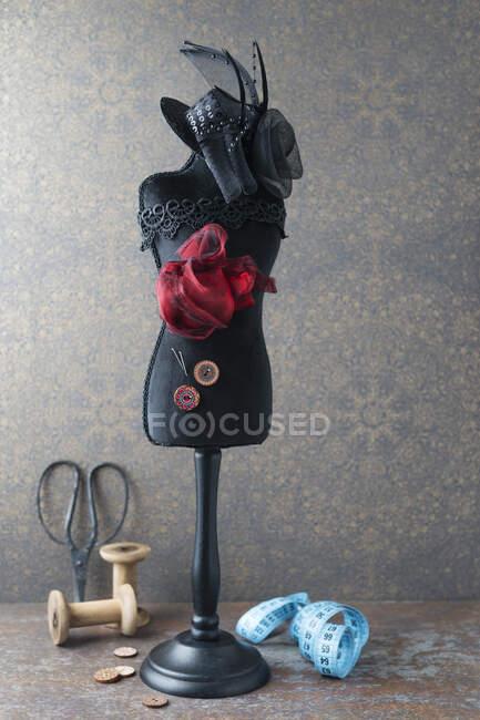 Modelo de modista con sombrero y artículos de costura - foto de stock