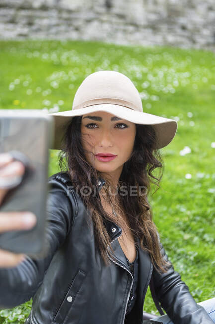 Giovane donna con cappello scattare un selfie — Foto stock