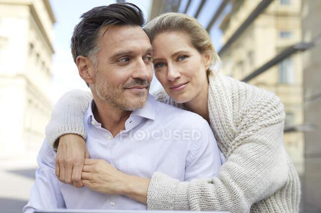 Retrato de pareja cariñosa sonriente abrazándose al aire libre - foto de stock