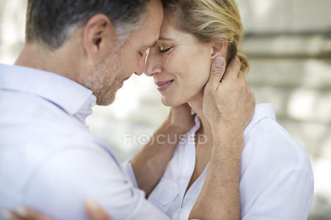 Primer plano de pareja cariñosa abrazándose al aire libre - foto de stock