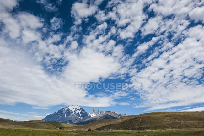 Chile, Patagonia, Torres del Paine National Park, meadow and mountains under cloudy sky — Stock Photo