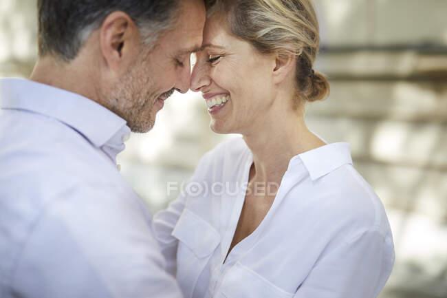 Primer plano de feliz pareja cariñosa al aire libre - foto de stock