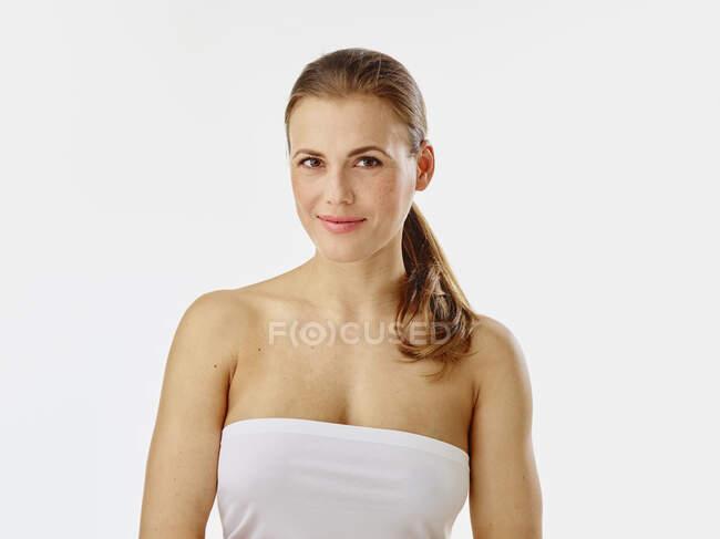 Retrato de mujer joven en toalla - foto de stock