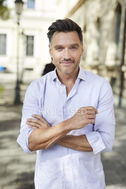 Retrato de empresario confiado en la ciudad - foto de stock