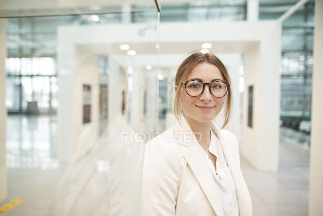 Portrait of confident young businesswoman wearing glasses — Stock Photo