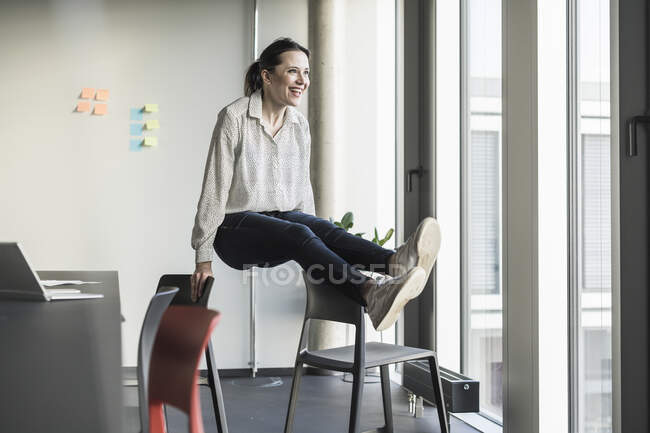 Счастливая предпринимательница, занимающаяся делами — стоковое фото