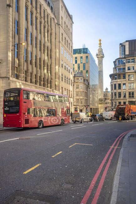 Royaume-Uni, Londres, City of London, Liverpool Street, quartier financier avec Monument au Grand incendie de Londres — Photo de stock