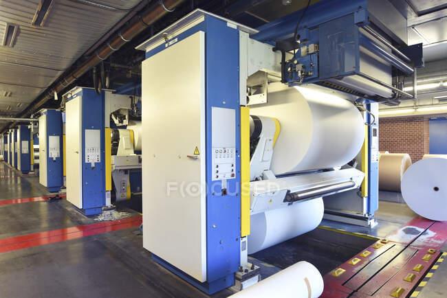 Stampa: rotolo di carta in una macchina da stampa — Foto stock