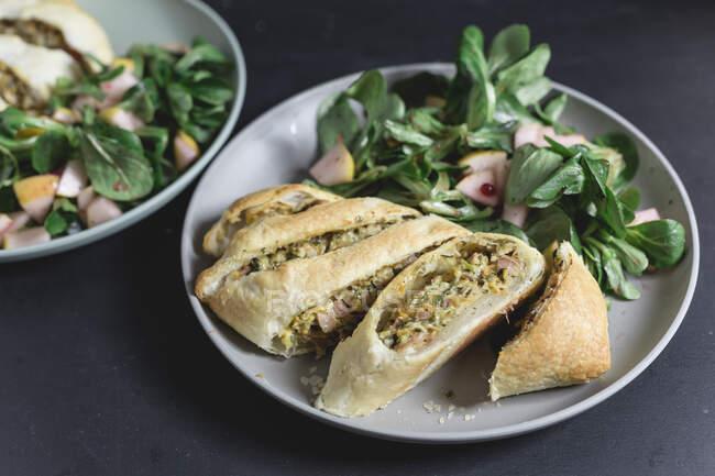 Штрудель с овощами и ветчиной, салат ягненка с грушей и брусничным соусом — Stock Photo