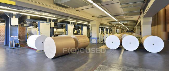 Stampa: rotolo di carta presso le macchine da stampa — Foto stock