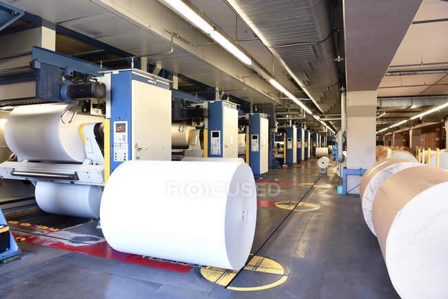 Tipografia: rotolo di carta presso una macchina da stampa — Foto stock