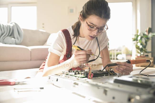 Молодая женщина, работающая на компьютерном оборудовании дома — стоковое фото