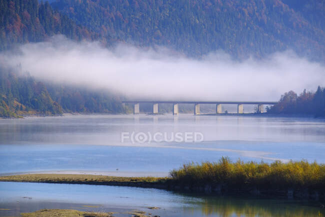 Germany, Bavaria, Isarwinkel, near Lenggries, Sylvenstein Dam in morning mist — Stock Photo