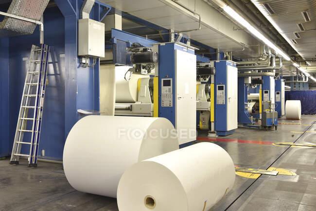 Tipografia: rotoli di carta presso le macchine da stampa — Foto stock