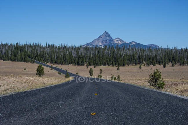 USA, Oregon, Long road to the Crater Lake National Park — Stock Photo