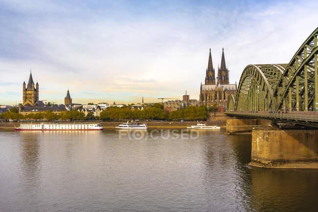 Alemania, Colonia, Puente Hohenzollern y Catedral de Colonia por la mañana - foto de stock