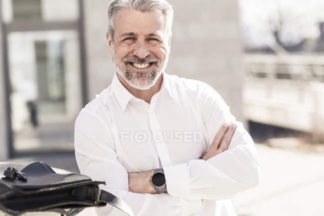 Retrato de sorrir confiante maduro empresário ao ar livre — Fotografia de Stock