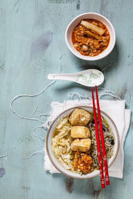 Soupe de nouilles asiatiques au chou, tofu, nouilles shirataki et kimchi maison — Photo de stock